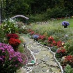 мощеная дорожка с цветником