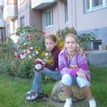 Юные помошницы Лиза и Настя
