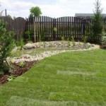 искусственный водоем и газон