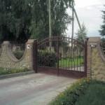 каменный забор с металлическими вставками