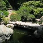 каменный мост в восточном саду