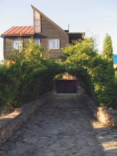 Живая арка при подъезде к дому